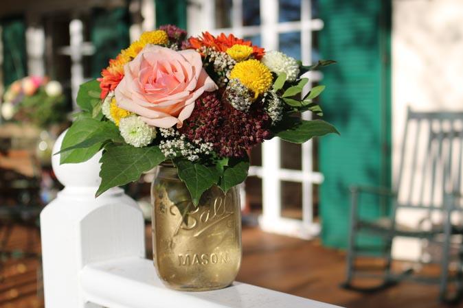 Herbstblumen in dekorierten Ball Jars von American Heritage