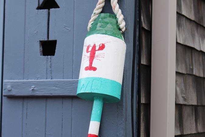Dekorativ-bemalte Bojen aus Treibholz - in Neu-England allgegenwärtig