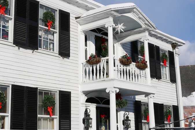 Klassische, amerikanische Weihnachtsdekoration: Kränze