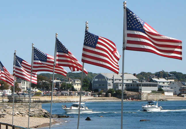 USA-Flaggen am Wasser