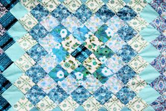 Quilt in verschiedenen Blautönen