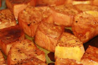 Mit braunem Zucker glasierte Süßkartoffeln
